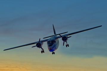 Flugzeug am Nachthimmel bei der Landung