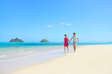 Beach couple happy having fun on Hawaii honeymoon