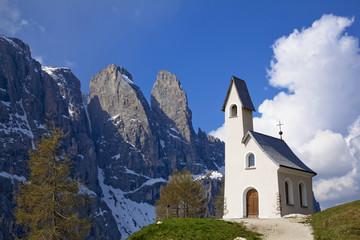 ドロミテ地方の峠の教会