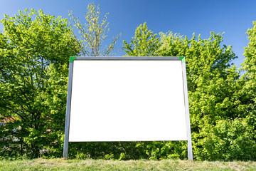 Reklameschild im Park