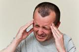 homme qui a mal à la tête