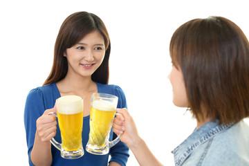 お酒を楽しむ女性