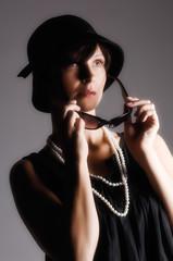 Frau mit Perlenkette