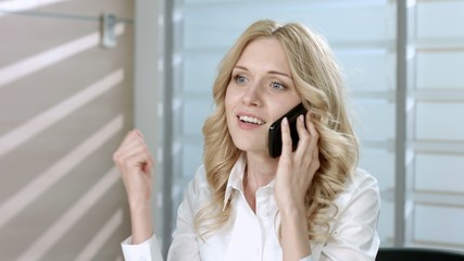 Woman emotionally speaks on the phone.