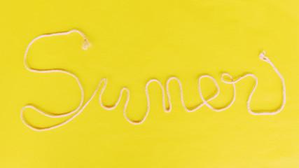 Summer cartel promocional hecho a mano, cuerda sobre fondo