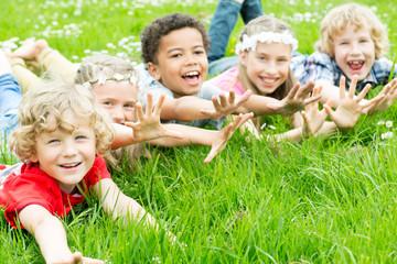 lachende Kinder auf der Wiese
