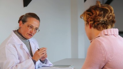A female experienced doctor defines a medical treatment