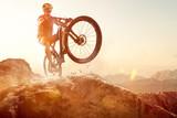 Mountainbiker wykonuje Wheelie