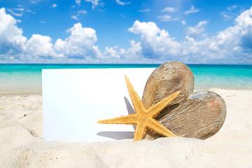 Holz, Seestern und leere weiße Postkarte am Sandstrand