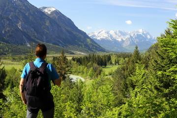 Bergsteiger blickt auf Zugspitze