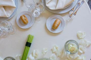 Tavolo apparecchiato per pranzo di nozze visto dall'alto