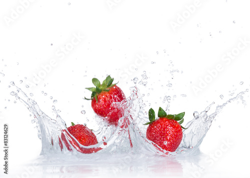 Świeże truskawki z pluskiem wody