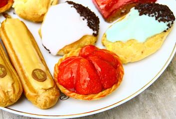 plateau de gâteaux,tartelette,choux,éclair,gland,framboisier..