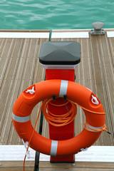 Bouée de sauvetage sur un quai