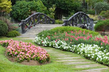 krajobraz kwiatowy ogrodnictwo z drogi i most w ogrodzie