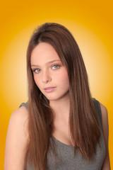 retrato de adolescente con fondo cálido.