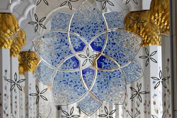 Dettaglio finestra a mosaico della grande moschea di Abu Dhabi.