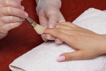 Manicure - odgarnianie pyłu