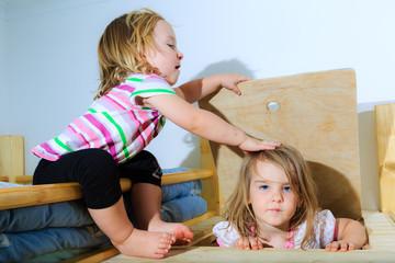 Mädchen, Kleinkinder, spielen an einer Holz-Luke