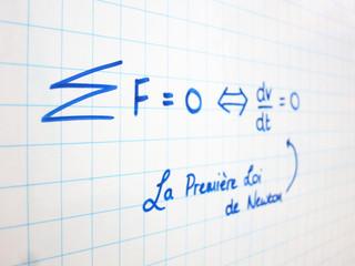 La Première Loi de Newton écrite sur tableau blanc