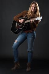 Frau mit Gitarre rockt ab