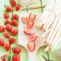 Frischer weisser Spargel und Erdbeeren