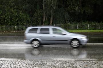 Fahrendes Auto im Regen