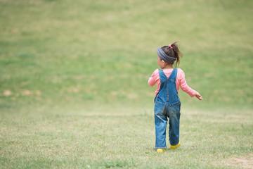草原を歩く少女