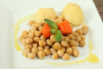 Cocido madrileño servido en un plato blanco