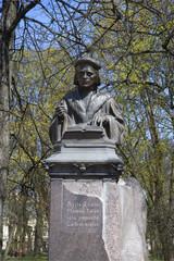 Памятник Микаэлю Агриколе солнечным майским днем. Выборг