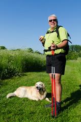 senior läuft mit hund durch die natur