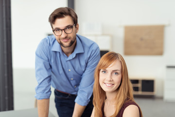motiviertes junges team am arbeitsplatz