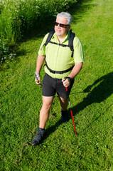 senior mit nordic walking stöcken