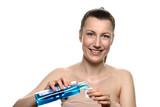 Lächelnde junge Frau mit Mundspülung