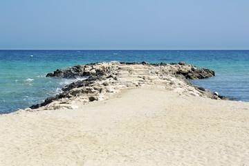 Lingua di roccia sulla spiaggia