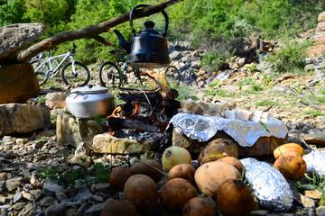 kamp için çay ve yiyecek hazırlamak