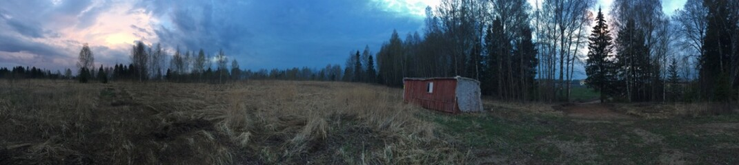 дом на поляне в сумерках