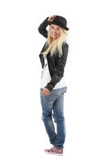 junge Frau in Jeans mit Hut