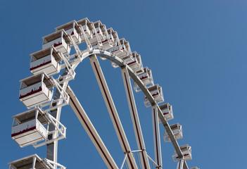 Riesenrad vor strahlendem blauem Himmel