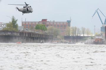Übung einer Seerettung mit einem Hubschrauber