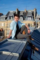 Jeune garçon sur un toit.