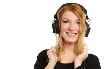 lachende Frau hört Musik