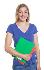 Sympathische deutsche Studentin im blauen Shirt
