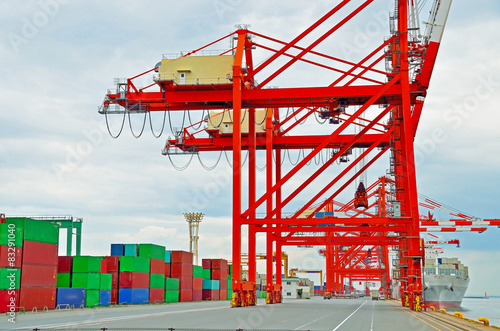 Foto op Plexiglas Op straat Cargo ship loading containers at work