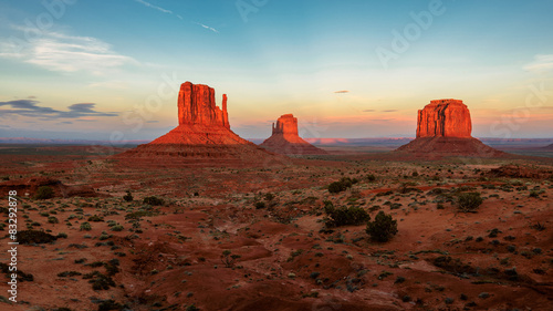 Fotobehang Natuur Park Beautiful sunset over iconic Monument Valley, Arizona, USA