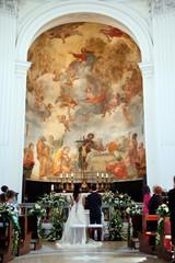 Sposi di spalle in chiesa