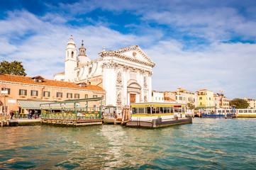 Station de vaporetti et église sur le Grand Canal à Venise