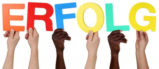 Multikulturell People Gruppe halten das Wort Erfolg