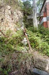 tomba abbandonata nel cimitero di napoli.