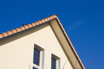 Gepflegtes Wohnhaus vor blauem Himmel